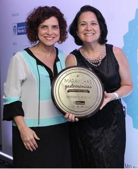A ecochef Flávia Quaresma entrega o prêmio para Teresa Corção, no Palácio Guanabara / Foto: divulgação