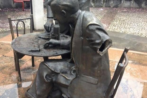 Estátua de Noel Rosa, em Vila Isabel: depois de ser alvo de vandalismo / Foto: reprodução IG