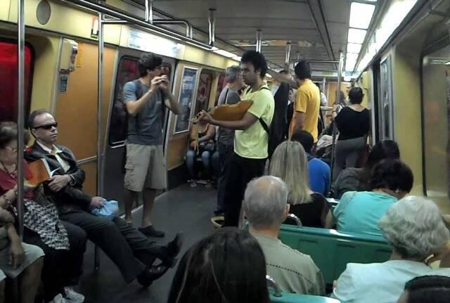 Músicos nos vagões do metrô carioca: polêmica entre a empresa e os passageiros / Foto: Youtube
