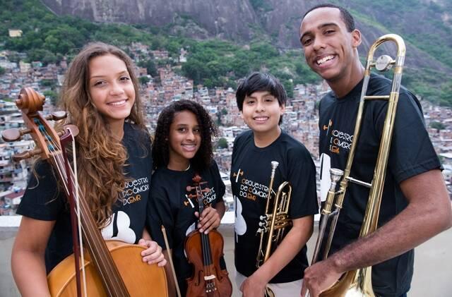 A violoncelista Camila Batista, a violinista Roberta Cirqueira, o trompetista Piero Valentino e o trombonista Isaque Suzarte: integrantes da Orquestra de Câmara da Rocinha / Foto: Ricardo Sousa