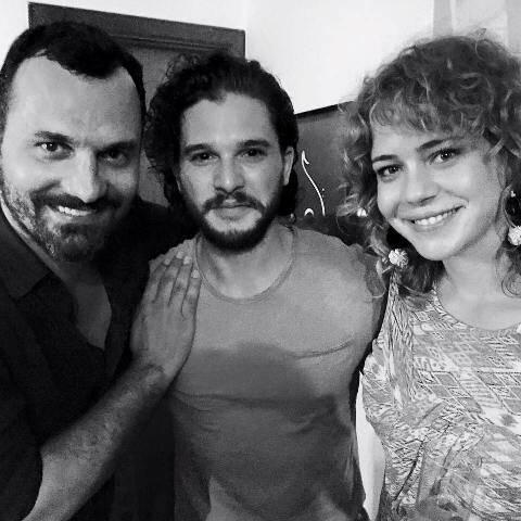Alê Youssef, Kit Harington e Leandra Leal, na casa do casal, no Jardim Botânico / Foto: reprodução do Facebook