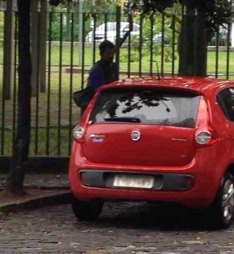 Flagrante do guardador e do carro que foi rebocado em seguida / Foto: do leitor
