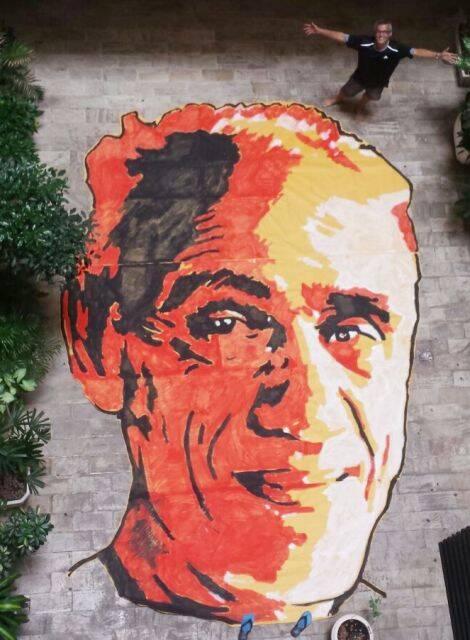 A pintura do rosto do sociólogo Betinho, que será recoberta com 10 mil livros / Foto: divulgação