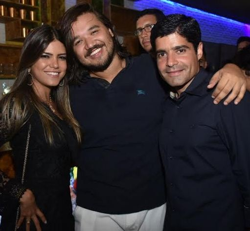 Tatá Canhedo, Dudu Barros e ACM Neto:  o prefeito e a namorada na ainuguração do bar Kaos, em Salvador / Foto: Philipe Monção