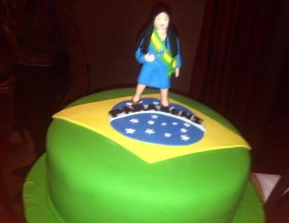 Na foto acima, Daniela Dondo, a aniversariante, com a família Monjardim (Tania Mara, Jayme e a linda Maysa), no meio, Narcisa Tamborindeguy, Jayme Monjardim, Nina Stevens e Paulo Müller; nesta foto, o bolo com a nossa Bandeira