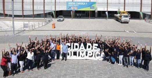 No alto, Carlos Fernando de Carvalho e Maria Lúcia Jardim: o presidente da Carvalho Hosken e a presidente do RioSolidário acompanhando as crianças à Cidade Olímpica / Fotos: Miguel Sá