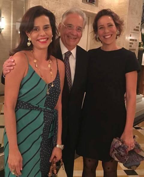Fernando Henrique Cardoso entre Narcisa Tamborindeguy e sua mulher, Patrícia Kundrát no Copacabana Palace