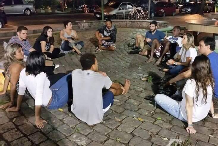 Na foto acima, os coordenadores Deborah Barrocas, Allini Fagundes, Murillo Sabino e Leandro Vidal junto a alguns dos voluntários fixos do projeto / Foto: Divulgação