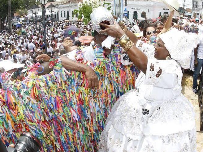 Na foto acima, o cantor Mumuzinho com Regina Cazé; nesta, a lavagem do Nosso Senhor do Bonfim / Fotos: