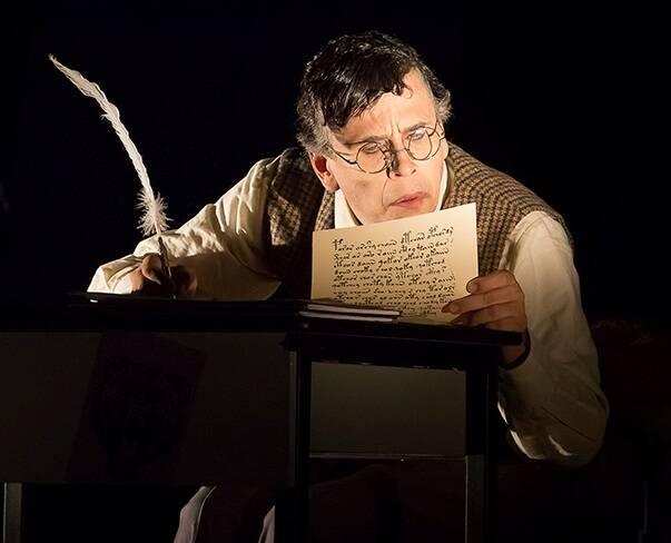"""""""O Capote"""": Rodolfo Vaz, o ator principal, durante a peça / Foto: Guto Muniz"""