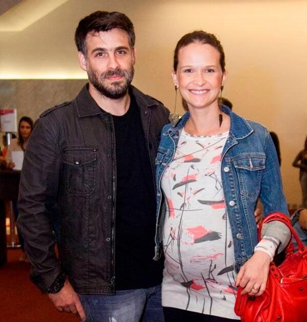 No alto, Tiago-Iorc-com-Leticia-Colin-e-Bruna-Marquezine; no meio, Thiago Iorc com Poliana Aleixo; nesta foto, Raoni Carneiro e Fernanda Rodrigues