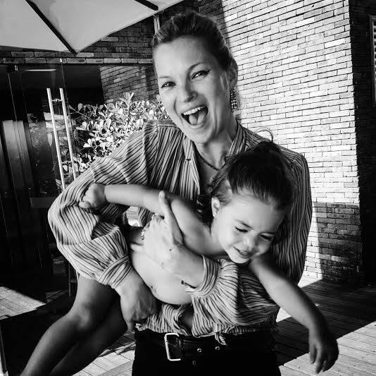 Kate Moss: modelo, que deixa o Rio nesta quinta-feira (07/01), brincando com Eduarda, filha da amiga Paula Bezerra de Mello