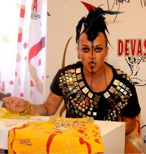 O estilista Walério Araújo: atração á parte no camarote Devassa, na Sapucaí / Foto: Cleomir Tavares/ Vera Donato