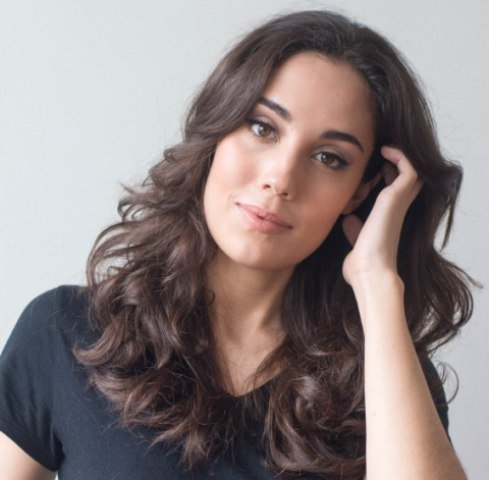 Myra Ruiz: atriz é uma das mais jovens a interpretar a bruxa Elphaba nas várias versões do musical Wicked pelo mundo / Foto: divulgação