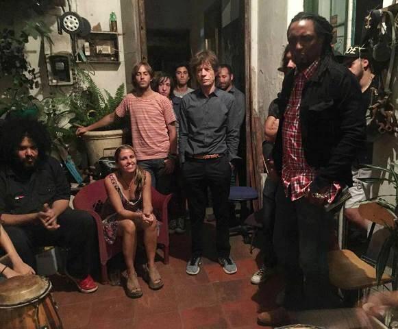 No alto, Mick Jagger com o compositor e cantor uruguaio Rubén Rada; acima, na reunião na casa do percussionista Lobo, em Montevidéu / Fotos: divulgação