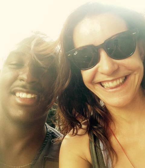 Lucélia Santos e o mototaxista Sergio, em Copacabana / Foto: reprodução do Facebook
