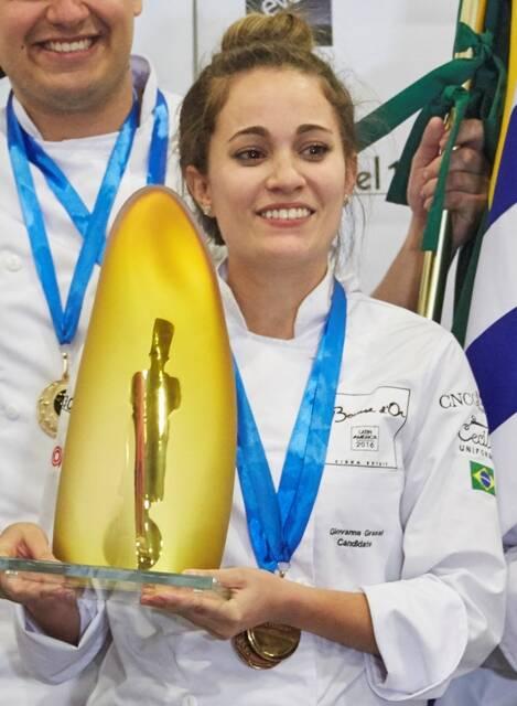 Giovanna Grossi e o trofèu recebido, nessa sexta-feira, no México, seu passaporte para Lyon em 2017 / Foto: divulgação