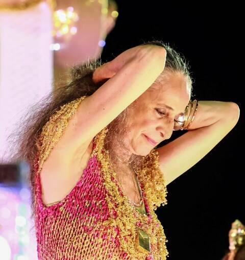 aria Bethânia no desfile, essa segunda-feira (08/02), na Marquês de Sapucaí: conquista do primeiro lugar foi uma grande surpresa para a cantora / Foto: IG