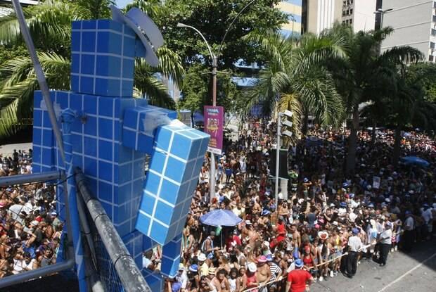O grupo Monobloco durante apresentação no Centro, nesse domingo (14/02) / Foto: Reprodução do IG