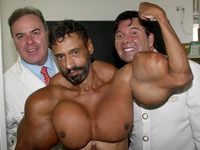 O fisioculturista  Valdir Segato entre os médicos Ricardo Cavalcanti e Constantino Mendieta no Hospital Casa de Portugal / Foto: Antonio Kampffe