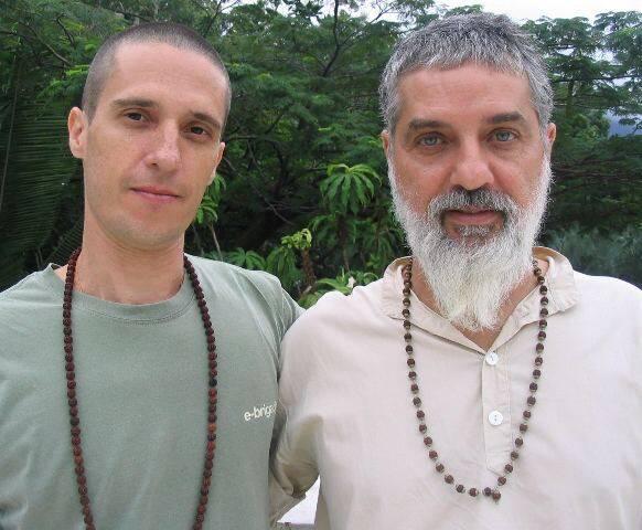 Mahavir e Paulo Di Stasi: comemorando 10 anos de parceria profissional, os professores levam grupo à Índia para comemorar / Foto: divulgação
