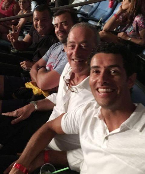No alto, o tenista Tsonga registrando o Rio do alto; e, acima, fazendo o sinal de vitória no Maracanã, no show dos Rolling Stones, na companhia de sua equipe técncia e do tenista André Sá ( de camisa branca) / Fotos: divulgação