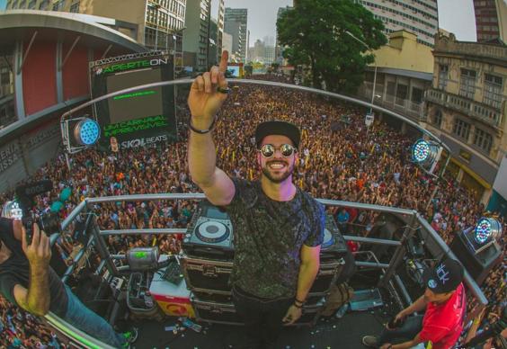 Em cima, o DJ Axwell; no meio, o DJ Hardwell; nesta foto, o DJ Alok / Fotos: Reprodução do Instagram