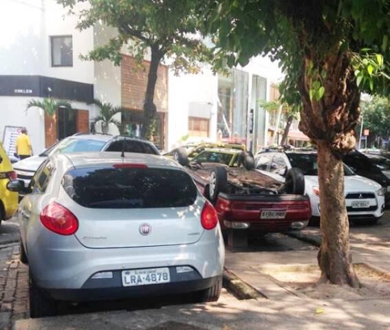 O carro, de cabeça para baixo, estava ocupando uma vaga de estacionamento na Praça Nossa Senhora da Paz, nesta manhã de quarta-feira (03/02) / Foto: