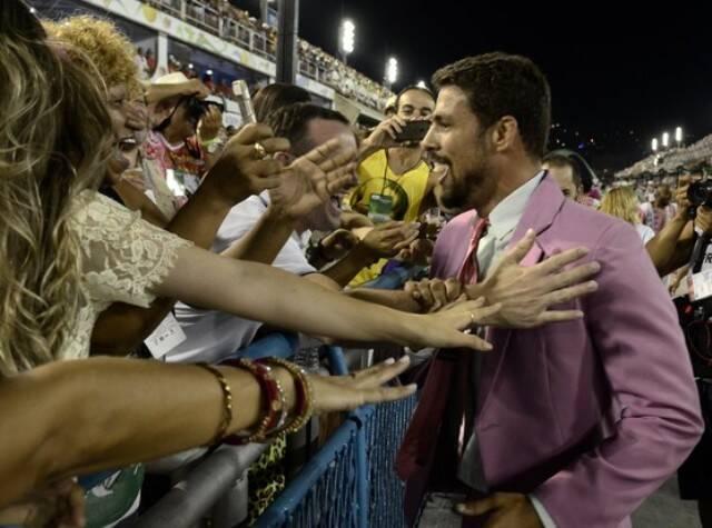 Cauã Reymond: estreia pé quente na Sapucaí, defendendo o verde e rosa da Mangueira / Foto: reprodção da internet