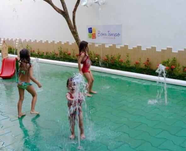 Banho de mangueira atualizado: as crianças brincam com as fontes dançantes / Foto: divulgação