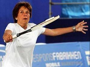 Maria Esther Bueno: a campeão foi abordada por uma fã - só aquela, única - que lhe pediu que autografasse a camisa dela.... / Foto: arquivo IG