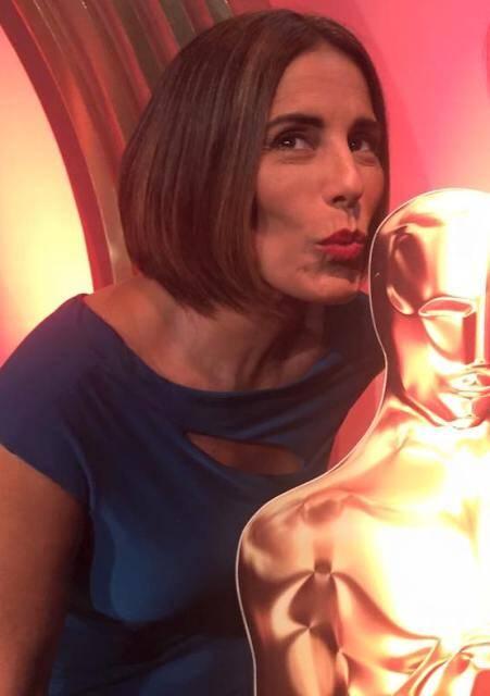 Glória Pires beija a estatueta do Oscar, em brincadeira nos estúdios da Globo / Foto: Facebook