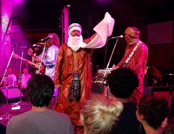 Show do Tinariwen na Fundição: o vocalista também dançou e tocou guitarra/ Foto do leitor