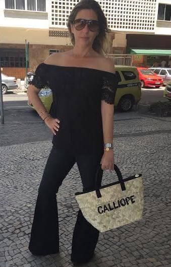 Calliope Marcondes Ferraz: a carioca mostra a bolsa da baiana Irá Salles, com o seu nome / Foto: didulgação