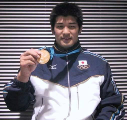 O campeão japonês de judô Kosei Inoue e sua medalha de ouro nas Olimpíadas de Sideney, na Austrália / Foto: divulgação