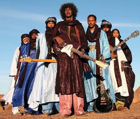 Músicos do grupo Tinariwen, que se apresentam neste sábado (26/03) na Fundição Progresso: todos moram no deserto do Saara/ Foto: divulgação
