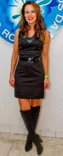 Mariana Ximenes: a atriz deve ser sócia do clube 'mulher elegante não sente frio ou calor', usando essas botas no verão carioca / Foto: Mariana Vianna