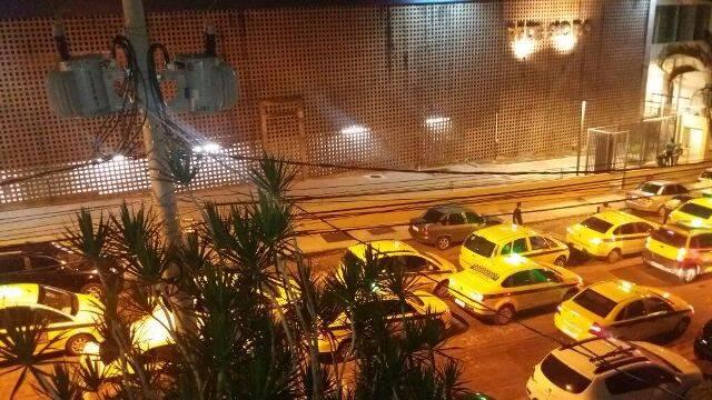 Protesto de madrugada na Von Martius: taxistas reclamam da concorrência com o serviço do Uber/ Foto do leitor