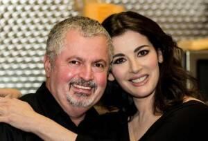 Helio e Nigella: a apresentadora inglesa foi quem incentivou o brasileiro a lançar seu primeiro livro de culinária / Foto: divulgação
