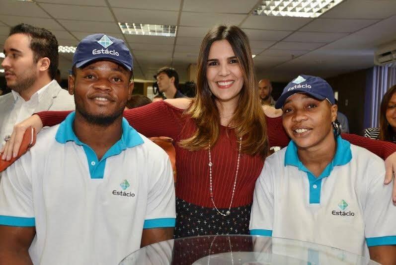 Claudia Romano (uma das diretoras da Estácio) entre os atletas Popole e Yolande - possibilidade de participar dos jogos Rio 2016 / Foto: divulgação