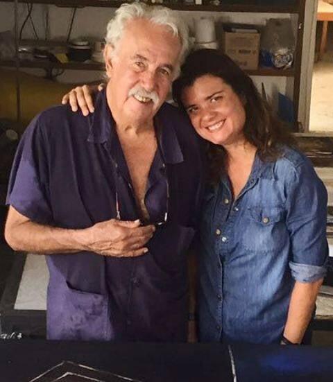 Carlos Vergara e sua filha, a diretora Inês Vergara, no ateliê do artista plástico / Foto: divulgação