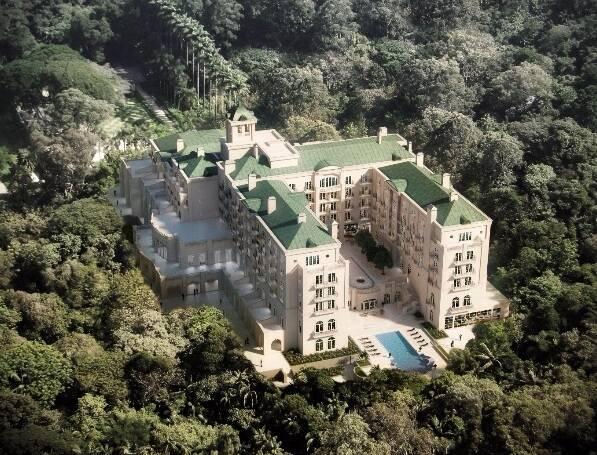 No alto, projeto da recepção assinado por Patrícia Anastassiadis; acima, vista aérea do hotel, no Morumbi, em São Paulo / Fotos: divulgação