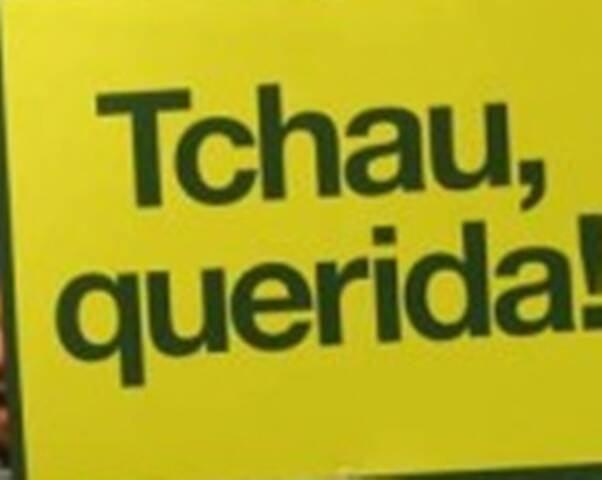 """""""Tchau, querida"""": cartaz foi visto pela primeira vez na manifestação da Avenida Atlântica, no Rio; fama cresceu com despedida de Lula pra Dilma durante grampo"""