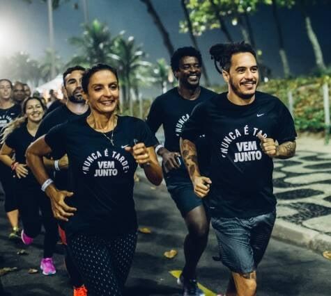 Marcelo D2, à frente, puxou o grupo de corrida pelas ruas de Ipanema e Leblon, tendo ao lado Fernanda Keller e, logo atrás, Seu Jorge / Foto: divulgação