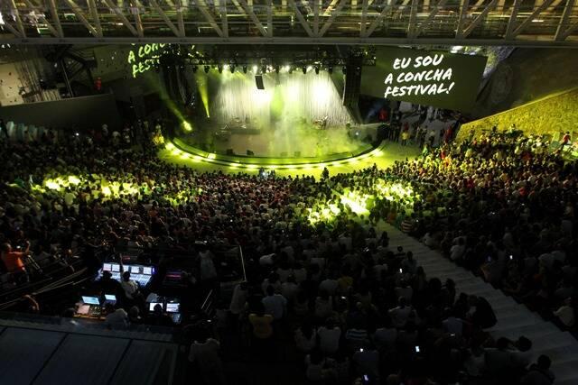 No alto, Maria Bethânia em cena; embaixo, com Margareth Menezes; acima, a nova Concha Acústica do Teatro Castro Alves, lotada na reabertura / Fotos: divulgação