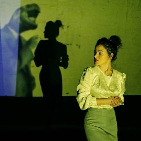 """Morena Nascimento, em cena, dançando o solo """"Rêverie"""", dirigido por Carolina Bianchi / Foto: Vitor Vieira"""