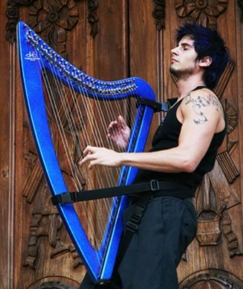 O harpista argentino Athy: desmistificando o uso suave de um dos instrumentos mais antigos da humanidade / Foto: divulgação