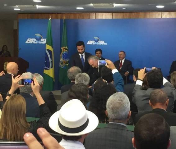 Marcelo Calero é empossado pelo Presidente em exercício, Michel Temer: a posse mais filmada e fotografada pelos celulares