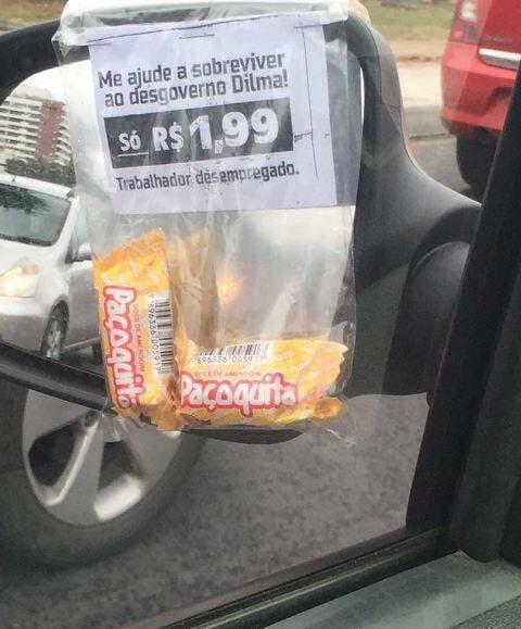 O aviso no pacote de balas: ambulante de classe média faz apelo político-emocional em sinal na Barra / Foto: do leitor