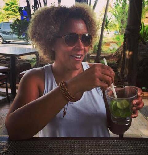 A nova-iorquina Joi Cardewell: cantora ficou encantada com Brasília (inocente!); agenda também no Rio. Repara na cara de feliz diante da caipirinha! / Foto: divulgação